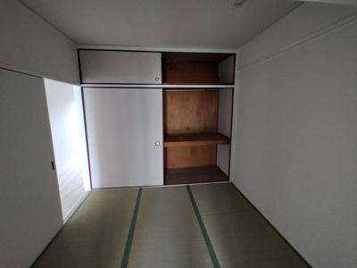 和室(4.5帖):和室には、布団等の収納にも便利な押入収納がございます。