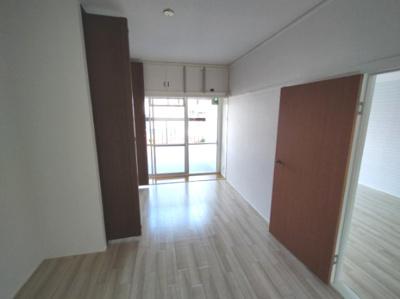 洋室(6.0帖):西向きバルコニーに面しており大変明るいお部屋です。