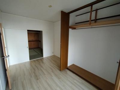 洋室(6.0帖):こちらのお部屋にはクローゼット収納がございます。