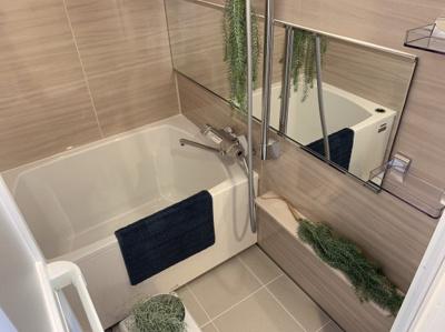 お風呂です。落ち着いた雰囲気で日々の疲れを癒せます。