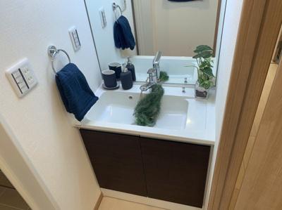 清潔感のある洗面台です。大きな一枚鏡がついています。