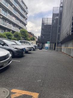 敷地内平置き駐車場です。月額12,000円/台 現在空き無し(最新の情報はお問合せください)。