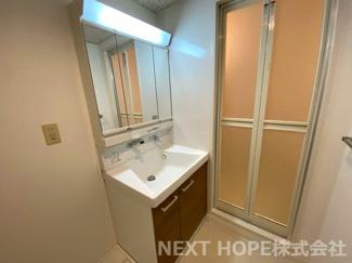 洗面化粧台はシャワー水栓です♪使い勝手がいいです!!鏡は三面鏡でヘアースタイルのチェックも簡単にできますね(^^)鏡の後ろは小物収納になっております♪