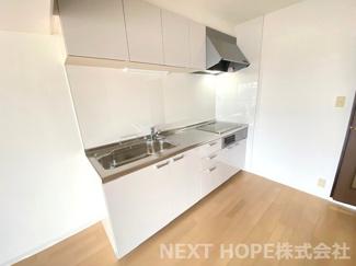 新品のシステムキッチンです♪白色を基調とした洗練された素敵なキッチンでお料理するのも楽しくなりますね(^^)