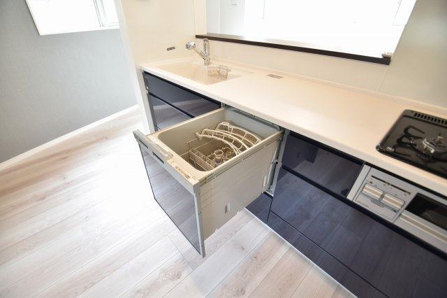 お食事後の皿洗いもラクラクの食洗機付き!