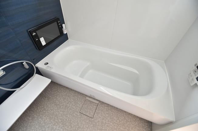 ゆっくりお寛ぎいただける1坪バスで半身浴も楽しめます。全身を包み込む浴槽は疲れた身体を癒してくれます。