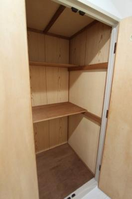 廊下にも物入があり、板取り外し可能で好きな高さに変えられます