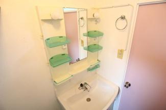 大変おきれいな洗面台です♪小物類もたくさん置けます!