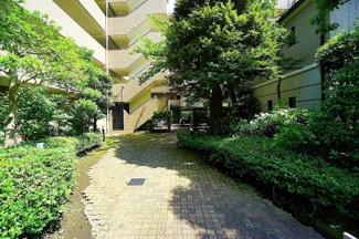 緑豊かなマンション敷地内。 エレベーターは2基ありますので、 朝の忙しい時間帯でも安心です。