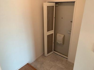 ゆったりとした玄関です。扉は2重なっています。