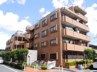 閑静な住宅街「新高島平」駅より徒歩10分のマンションです。