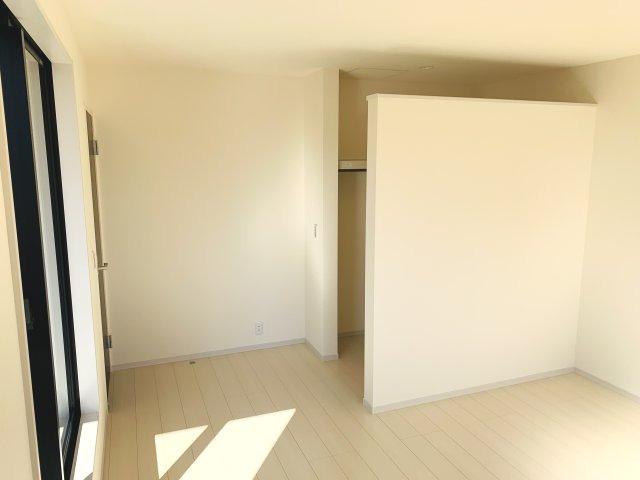 【同仕様施工例】2階6.7帖 窓が2面ありますので、気持ちのよい風が入ってきそうなお部屋です。換気も十分にできます。