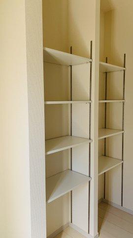 【同仕様施工例】1階廊下 フロアモップなどの掃除用具を収納するの便利です。使いたいときにパッと取り出せます。