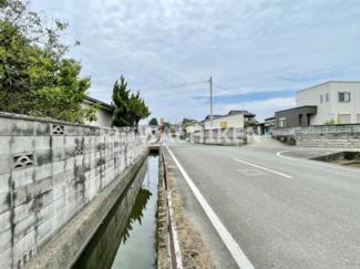 東側道路との間に用水路があります