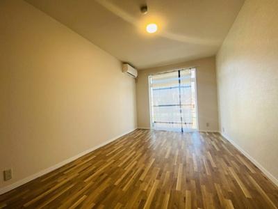 テラスに繋がる西向き洋室7.5帖の風通しの良いお部屋です!エアコン付きで1年中快適に過ごせますね☆※参考写真※