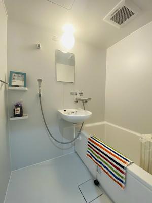 バスルームは洗面台付きの2点ユニットです♪お風呂に浸かって一日の疲れもすっきりリフレッシュ♪※参考写真※