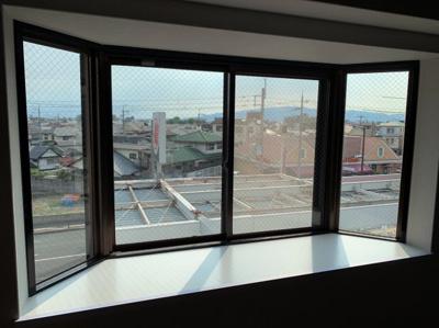 大きな出窓です。ちょっとしたインテリアにも使えるスペースです。