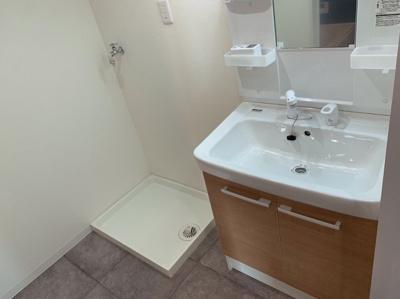 独立洗面化粧台が付いています。洗濯機置き場もあります。