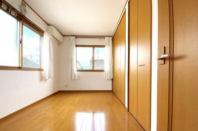 こちらのお部屋も2面採光で明るく、収納は2ヶ所にあるので大変助かります。