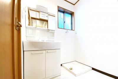 洗面化粧台はお掃除楽々シャワー水栓タイプです。三面鏡の裏側も収納になっているので小物がスッキリ片付きますね。