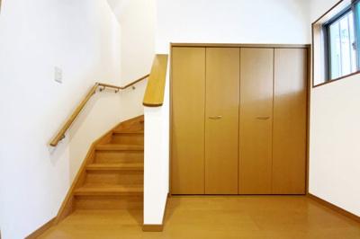 玄関に大容量の収納があるので大変便利です(^^♪収納はいくつあっても困りません。