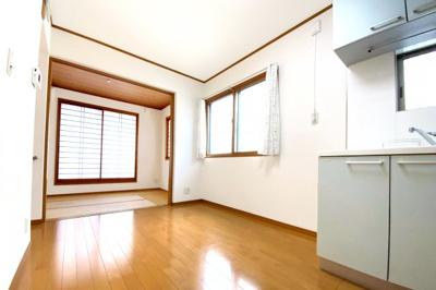 ダイニングキッチンの続きに和室があります。扉を開放すれば広いスペースになりLDKとして利用できますね。