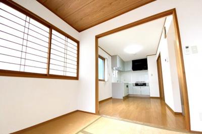 こちらの和室は、2面採光で明るくバルコニーもあります。2階部分ですので外からの視線も気にせずにくつろげます。