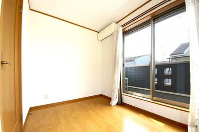 (3F)のバルコニーがあるお部屋です。2面採光で明るい室内になっています。