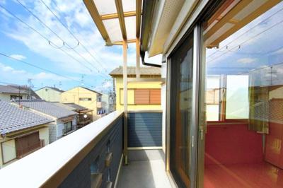 (3F)のバルコニーからの眺望は良好です!多少の雨でも安心な屋根付きです。