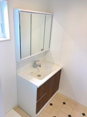 三面鏡付きの洗面台です♪スライド式の収納は上から見やすいので使い勝手良いですよ♪