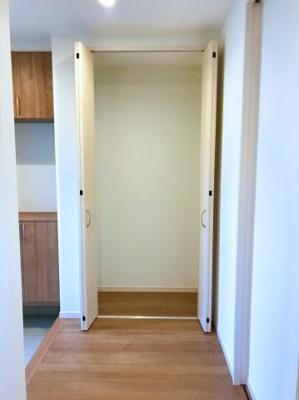 玄関ホールの収納です♪掃除機を収納したり、ハンガーパイプを設置してコートなどを収納しても良いですね♪