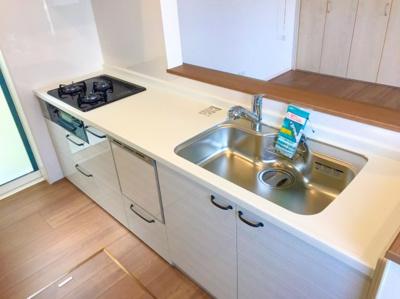 食洗器付きのシステムキッチンです♪アイアン調の取っ手がオシャレです♪