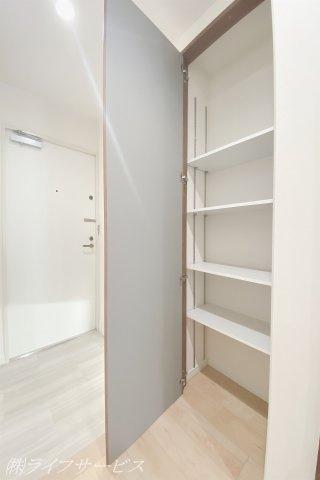 廊下には便利な可動棚がございます