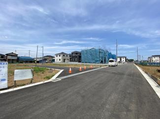 前面道路は5mの私道です。小学校までは徒歩10分と中学校は徒歩12分、高校は徒歩6分にございます。