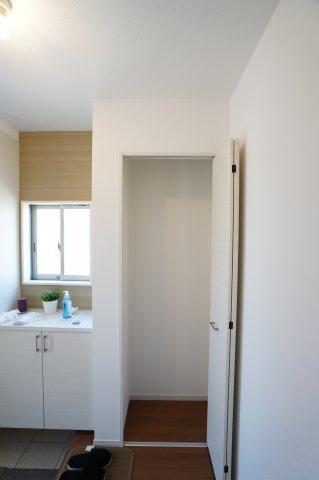 【同仕様施工例】玄関収納です。パイプハンガーをつけてアウターなどの衣類を掛けておくのもいいですね。