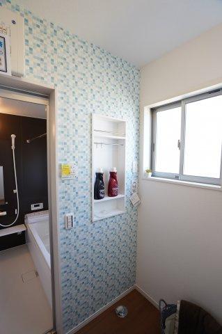 【同仕様施工例】普段使う洗剤や柔軟剤等の洗濯グッズを収納するのに便利です。