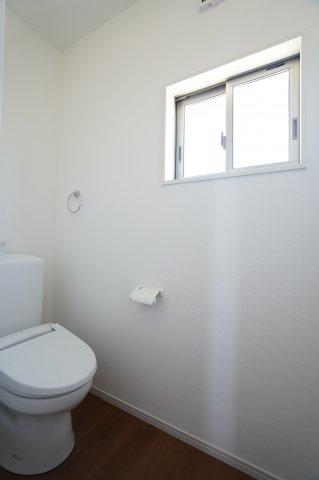 【同仕様施工例】2階トイレ 窓があるので換気ができます。