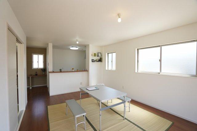 【同仕様施工例】引き戸を全開放すれば、和室はリビングとの続いた空間となり、有効活用できます。