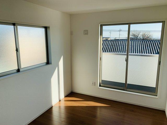 2階6帖 窓が2面あるお部屋です。明るく心地よい開放的な空間です。
