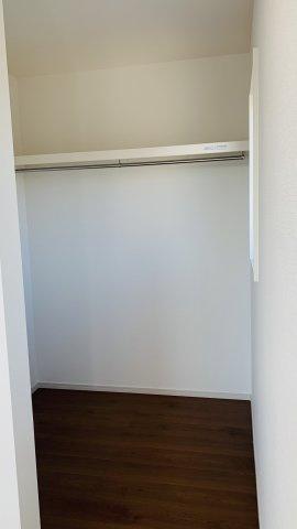 2階6帖 お洋服もしわにならずたっぷり掛けられます。
