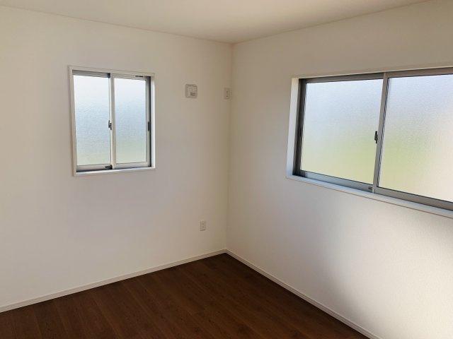 2階6帖 2面窓で採光と通風のよいお部屋です。窓から差し込む陽射しが心地いいです。