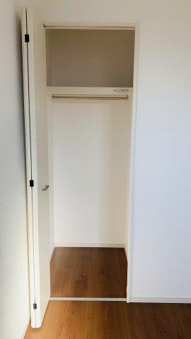 2階6帖 使い勝手のよいクローゼットです。収納ケースを利用して上手に片づけたいですね。