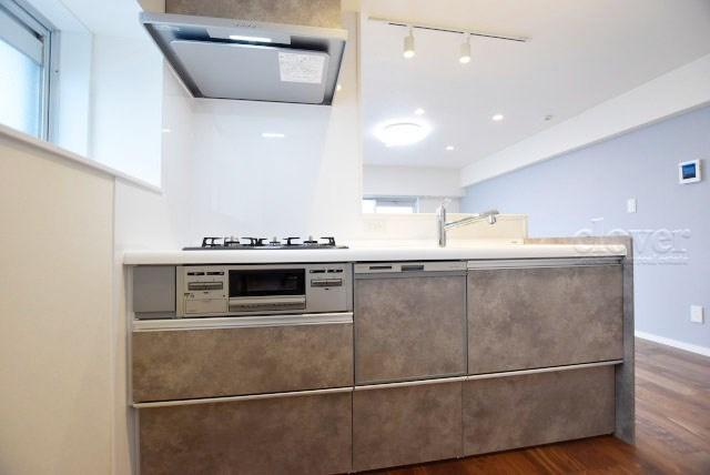 物件のお問い合わせは、 0120-700-968までお気軽にどうぞ! 対面キッチン 三口ガスコンロ 窓があり通風良好