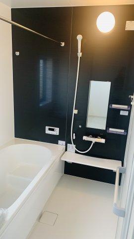 【同仕様施工例】清潔感のある洗面脱衣所です。窓もありますので換気もできます。