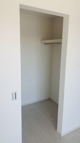 【同仕様施工例】南向きの明るいお部屋です。アクセントクロスでおしゃれな空間です。