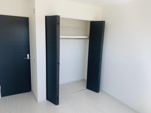 【同仕様施工例】玄関収納です。ポールハンガー等を利用してアウターを収納するのに便利です。