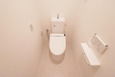 落ち着いた色調のウォシュレット付きトイレです