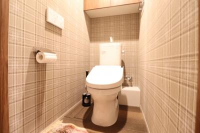 【トイレ】セフィオンテクト加工で汚れが付きにくく落ちやすい便器を採用。吊戸棚もあり収納性にも優れてい