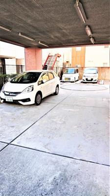 小型バイクも置ける屋根付き駐輪場です。