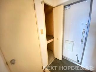 玄関には収納スペースが設けられております♪